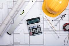 Architecten` s Werkruimte met Plannen en Hulpmiddelen stock foto's