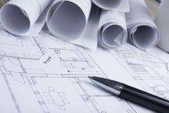 Architecten worplace hoogste mening Architecturaal project, blauwdrukken, blauwdrukbroodjes en pen op plannen bouw stock afbeeldingen