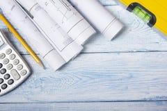Architecten worplace hoogste mening Architecturaal project, blauwdrukken, blauwdrukbroodjes op houten bureaulijst bouw stock afbeelding