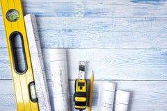 Architecten worplace hoogste mening Architecturaal project, blauwdrukken, blauwdrukbroodjes op houten bureaulijst bouw stock afbeeldingen