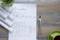 Architecten worplace hoogste mening Het architecturale project, blauwdrukken, blauwdruk rolt en verdelerkompas, beugels stock afbeeldingen