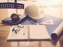 Architectenconcept, Architecten die met blauwdrukken in het bureau werken Royalty-vrije Stock Foto's