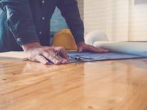 Architectenconcept, Architecten die met blauwdrukken in het bureau werken Stock Fotografie