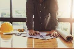 Architectenconcept, Architecten die met blauwdrukken in het bureau werken Royalty-vrije Stock Fotografie