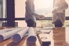 Architectenconcept, Architecten die met blauwdrukken in het bureau werken Royalty-vrije Stock Foto