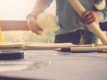 Architectenconcept, Architecten die met blauwdrukken in het bureau werken Stock Foto's