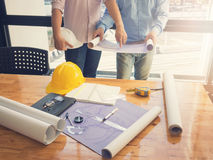 Architectenconcept, Architecten die met blauwdrukken in het bureau werken Royalty-vrije Stock Afbeelding