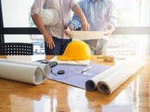 Architectenconcept, Architecten die met blauwdrukken werken Stock Afbeeldingen