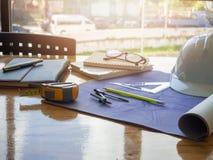 Architectenconcept, Architecten die met blauwdrukken werken Stock Foto