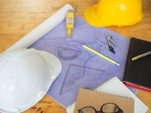 Architectenconcept, Architecten die met blauwdrukken werken Stock Fotografie