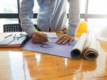 Architectenconcept, Architecten die met blauwdrukken werken Stock Foto's