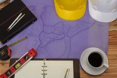 Architectenconcept, Architecten die met blauwdrukken werken Royalty-vrije Stock Afbeeldingen