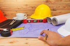 Architectenconcept, Architecten die met blauwdrukken werken Stock Afbeelding