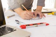 Architectenconcept, Architecten die met blauwdrukken werken Royalty-vrije Stock Foto's