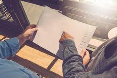 Architectenconcept, Architecten die met weg blauwdrukken in werken Stock Foto's