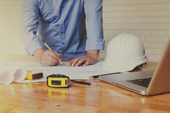 Architectenconcept, Architecten die met weg blauwdrukken in werken Stock Foto