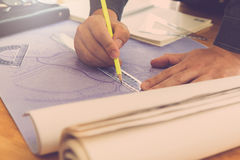 Architectenconcept, Architecten die met weg blauwdrukken in werken Stock Afbeeldingen