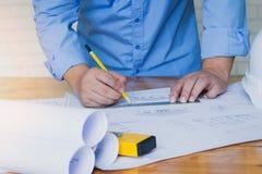 Architectenconcepten, Architecten die met blauwdrukken werken Royalty-vrije Stock Fotografie
