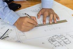 Architectengreep een pen op blauwdruk architecturaal concept Royalty-vrije Stock Fotografie