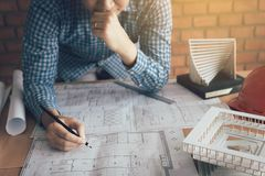 Architectenmens die blauwdruk op bureau met spanning over proble kijken Royalty-vrije Stock Fotografie