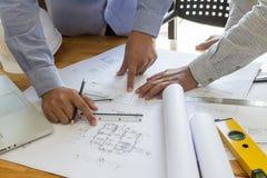 Architectenpunt bij blauwdruk, architecturaal concept Stock Afbeelding