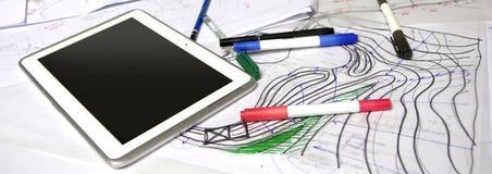Architectenschetsen met tellers, pennen en tablet Royalty-vrije Stock Foto's