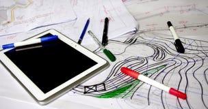 Architectenschetsen met tellers, pennen en tablet royalty-vrije stock afbeelding