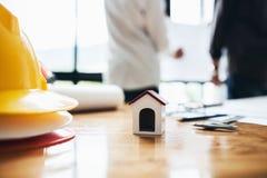 Architectentechniek die hardworking plan van de huistekening bespreken Stock Foto's