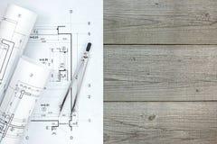Architectenwerkruimte met vloerplan en tekeningskompas op grijs Stock Foto