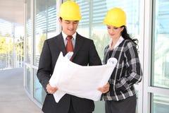 Architectes d'homme et de femme sur le chantier de construction Photos stock