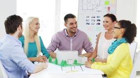 Architectes de sourire faisant la haute cinq dans le bureau Images stock
