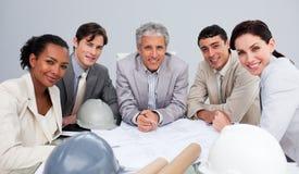 Architectes lors d'un contact étudiant des plans Images stock