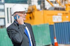 Architector ατόμων υπαίθριο στην περιοχή κατασκευής που έχει την κινητή συνομιλία Στοκ φωτογραφίες με δικαίωμα ελεύθερης χρήσης