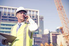 Architector ατόμων υπαίθριο στην περιοχή κατασκευής που έχει το κινητό conve Στοκ εικόνα με δικαίωμα ελεύθερης χρήσης