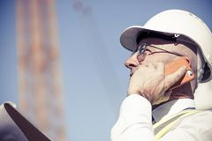 Architector ατόμων υπαίθριο στην περιοχή κατασκευής που έχει το κινητό conve Στοκ φωτογραφία με δικαίωμα ελεύθερης χρήσης