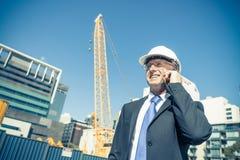 Architector ατόμων υπαίθριο στην περιοχή κατασκευής που έχει το κινητό conve Στοκ Εικόνα