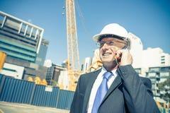 Architector ατόμων υπαίθριο στην περιοχή κατασκευής που έχει το κινητό conve Στοκ φωτογραφίες με δικαίωμα ελεύθερης χρήσης
