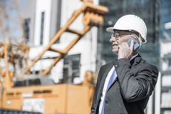 Architector ατόμων υπαίθριο στην περιοχή κατασκευής που έχει το κινητό conve Στοκ εικόνες με δικαίωμα ελεύθερης χρήσης