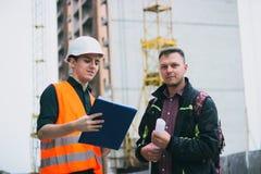 Architector и здания небоскреба плана инженера говоря стоковые фотографии rf