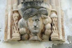 Architecturaal detail met een mascaron van een vrouw op de voorgevel van een oud gebouw in Varazdin, Kroatië stock afbeelding