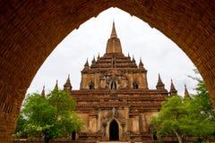 Architecturaal detail van een tempel in Bagan met de ingang van de steenboog stock afbeelding