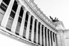 Architecturaal detail van kolommen van Vittorio Emanuele II Monument, aka Vittoriano of Altare-della Patria Mooie oude vensters i stock fotografie