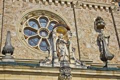 Architecturaal detail - venster en het standbeeld van heilige Stock Afbeelding