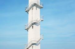 Architecturaal fragment van de witte toren met een metaalspiraal Royalty-vrije Stock Foto's
