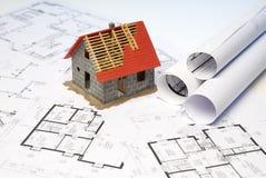 Architecturaal model van de bouwshell op blauwdrukken Stock Afbeeldingen
