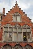 Architecturaal voorgeveldetail bij de één oude die bouw in Brugge wordt geplaatst Royalty-vrije Stock Afbeeldingen