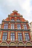 Architecturaal voorgeveldetail bij de één oude die bouw in Brugge wordt geplaatst Stock Fotografie