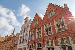 Architecturaal voorgeveldetail bij oude die buildingas in Brugge wordt geplaatst, Stock Foto's
