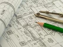 Architecturale achtergrond met plan, blauwdrukbroodje, potlood en tekeningskompas Technische tekeningen stock foto's
