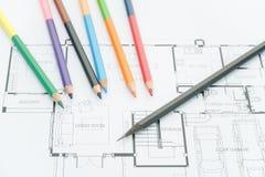 Architecturale blauwdrukken, architecturale tekeningen van het moderne huis met kleurenpotloden Decoratieconcept Ontwerper Tools stock fotografie